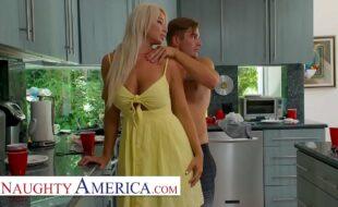Sexo na cozinha com loira gostosa